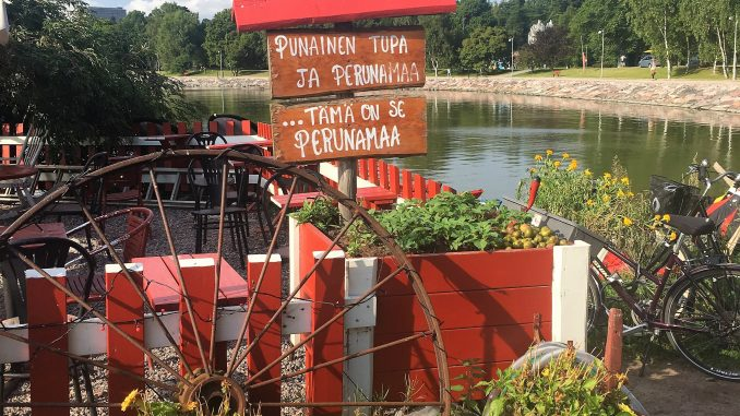 Helsinki gezilecek yerler renkli cafe