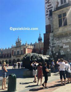 Krakow gezilecek yerler meydan heykel